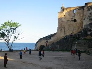 Voetballen voor de kasteel muren van Fort jesus